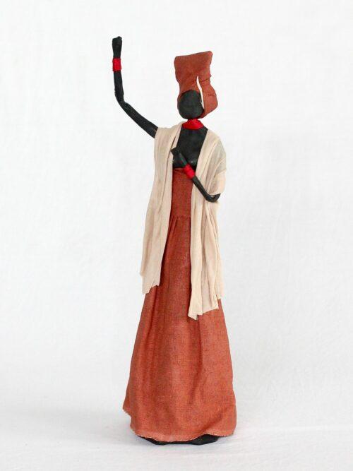 Escultura Mulher em Papietagem e cerâmica fria vestido terra cota