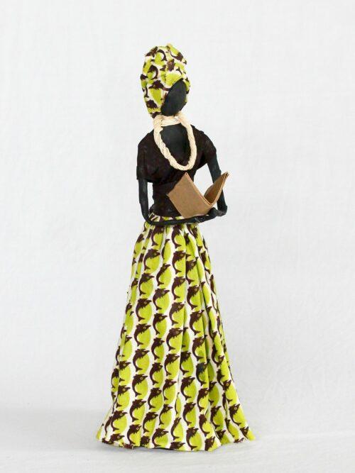 Escultura Mulher em Papietagem e cerâmica fria vestido amarelo e marrom